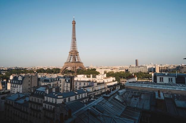 A torre eiffel no champ de mars em paris, frança Foto gratuita