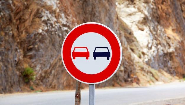 A ultrapassagem do sinal de trânsito é proibida na estrada marroquina. sinal de trânsito sem passagem Foto Premium
