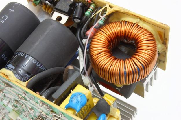 A unidade de energia do computador em um tipo aberto, com detalhes e fios elétricos Foto Premium