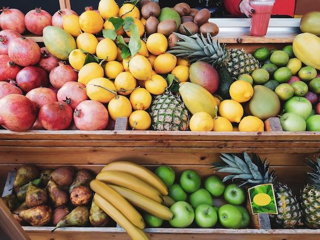 A variedade de frutas exóticas frescas encontra-se no contador na loja. Foto Premium