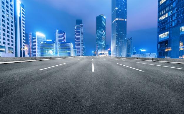 A via expressa e a skyline moderna da cidade estão em guangzhou, china. Foto Premium