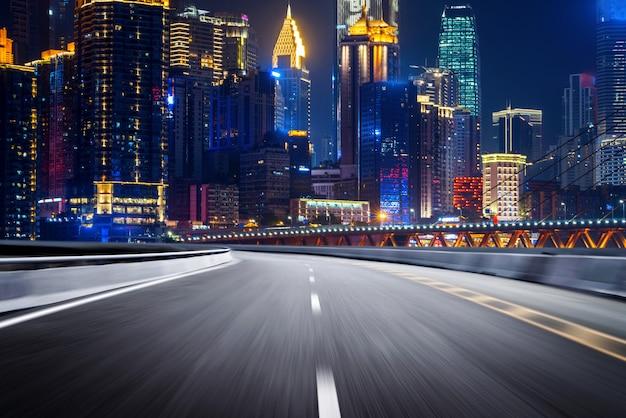 A via expressa e o horizonte da cidade moderna Foto Premium