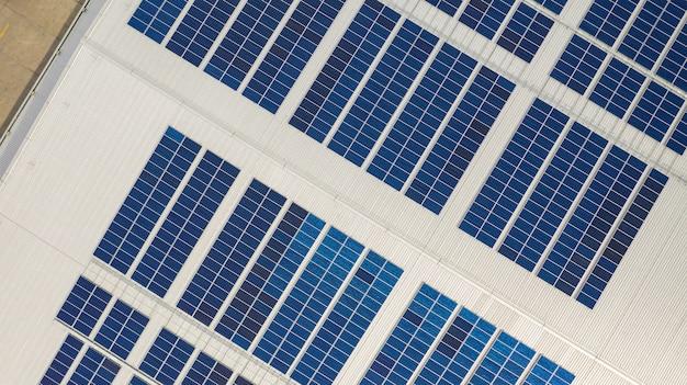 A visão superior das células solares no telhado tomadas com os drones Foto Premium
