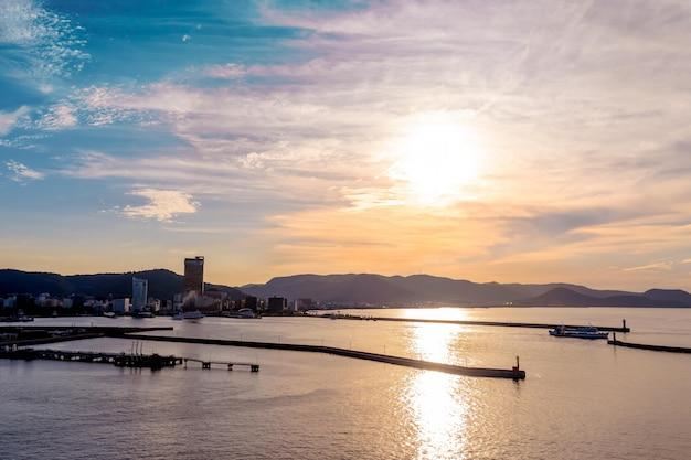 A vista da baía de takamatsu e da cidade enquanto o sol está se pondo. Foto Premium