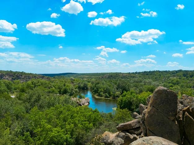 A vista de cima para o rio bug do sul. parque nacional de bug guard na ucrânia. Foto Premium