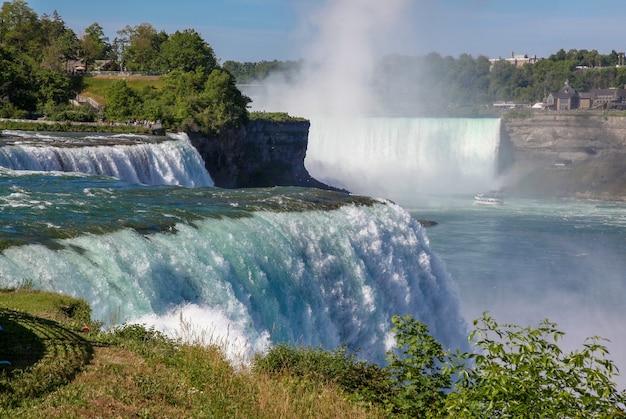 A vista de niagara falls é bonita pessoas visitantes as cachoeiras de nova york, eua. Foto Premium