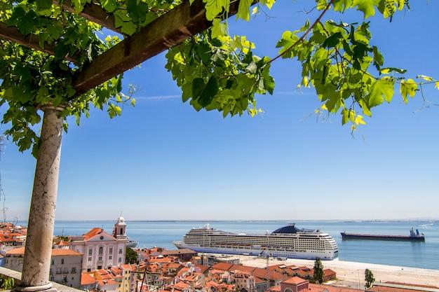 A vista de um navio de cruzeiros grande entrou em lisboa, portugal. Foto Premium
