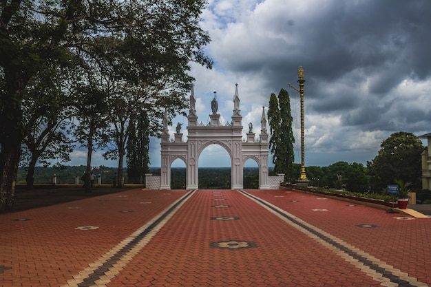 A vista do topo do centro de peregrinação de st. elias chavara na índia Foto gratuita