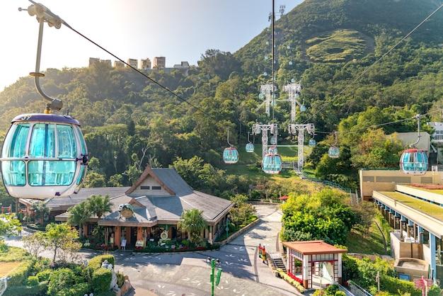 A vista ensolarada do teleférico e do parque temático perto do oceano Foto Premium