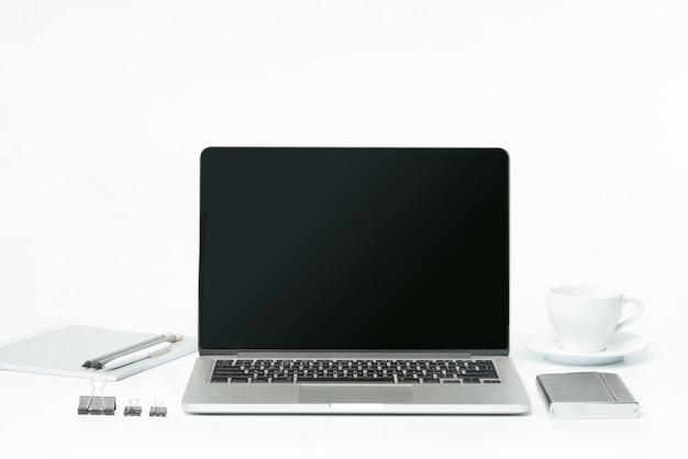 A vista frontal do notebook e xícara de café. conceito de inspiração e mock-up Foto gratuita
