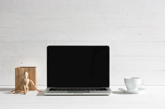 A vista frontal do notebook e xícara de café. conceito de inspiração Foto gratuita