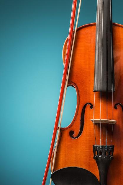 A vista frontal do violino no azul Foto gratuita