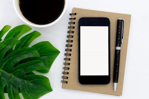 A vista superior do notebook é aberta com uma página em branco. Foto Premium