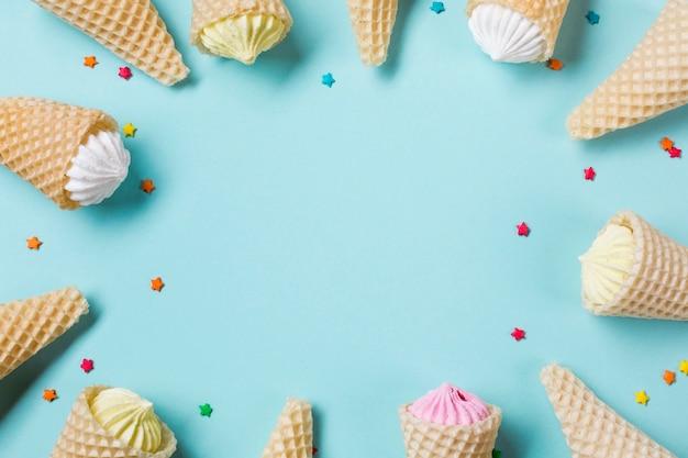 Aalaw no cone de waffle com chuviscos em pano de fundo azul Foto gratuita
