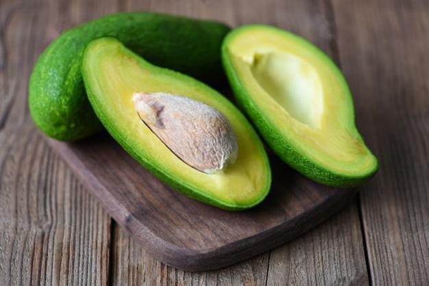 Abacate fatiado metade na tábua de madeira para salada de abacate Foto Premium