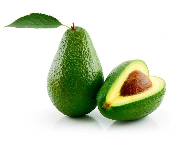 Abacate maduro com folha verde isolada no branco Foto Premium