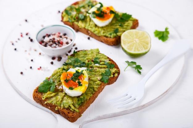 Abacate vegetal. sanduíches com guacamole Foto Premium