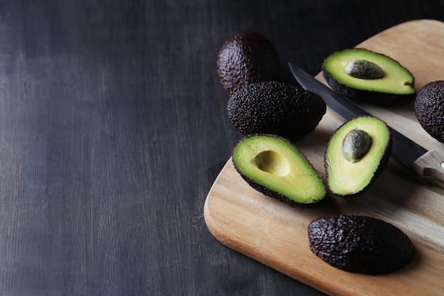 Abacates verdes na tábua de cortar Foto gratuita