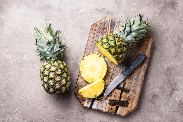 Abacaxi cortado na placa de corte Foto Premium