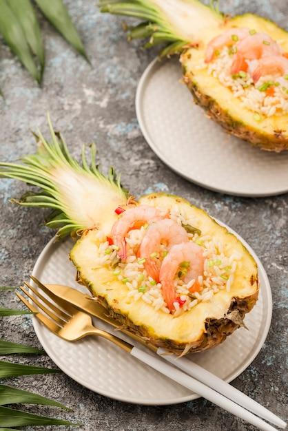 Abacaxi de alta vista no prato com talheres Foto gratuita