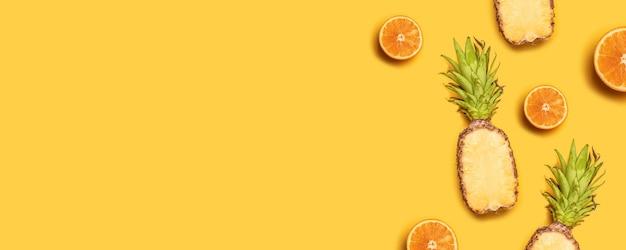 Abacaxis, laranjas, limões, cocos no fundo amarelo. Foto Premium