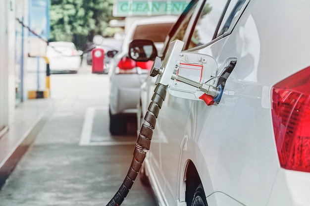 Abasteça o veículo a gás natural (gnv) na estação Foto Premium