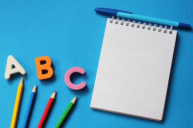 Abc-as primeiras letras do alfabeto inglês. Foto Premium
