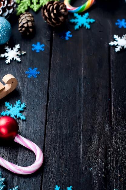 Abeto de natal com decoração em uma placa de madeira Foto Premium