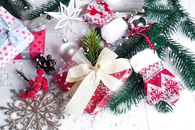 Abeto de natal, decoração, caixa de presente e luvas Foto Premium