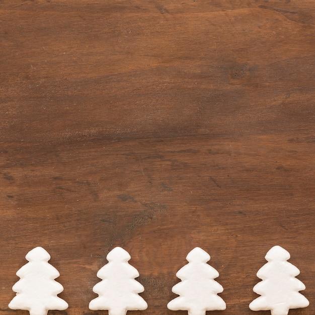 Abetos brancos decorativos Foto gratuita