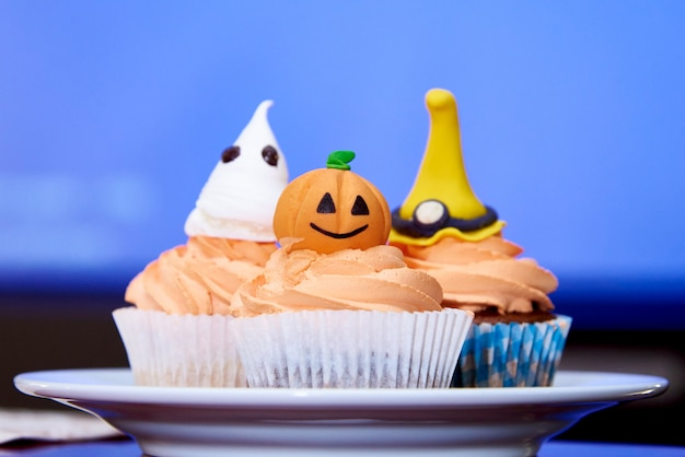 Abóbora de cupcake para o halloween no azul Foto Premium