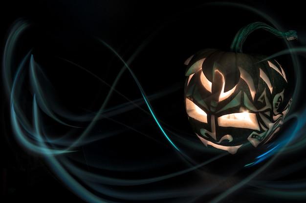 Abóbora de halloween com vela dentro Foto Premium