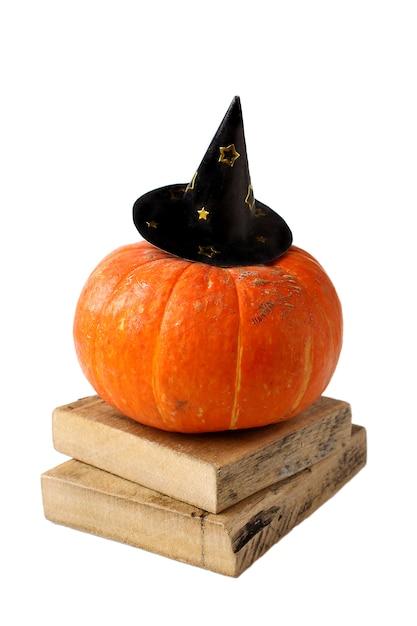 Abóbora de halloween engraçada em um outono de chapéu isolado no branco Foto Premium