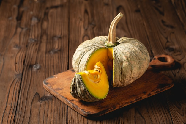 Abóbora de outono na mesa de madeira. Foto gratuita