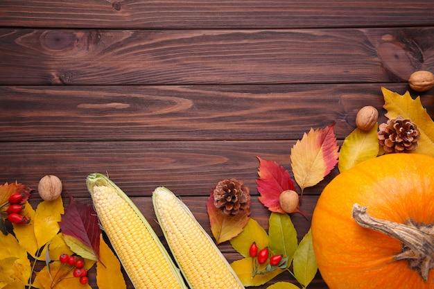 Abóbora laranja com folhas e legumes em brown Foto Premium