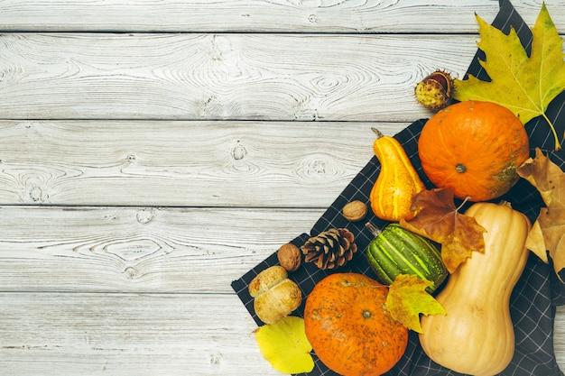 Abóbora na velha mesa de madeira rústica, Foto Premium