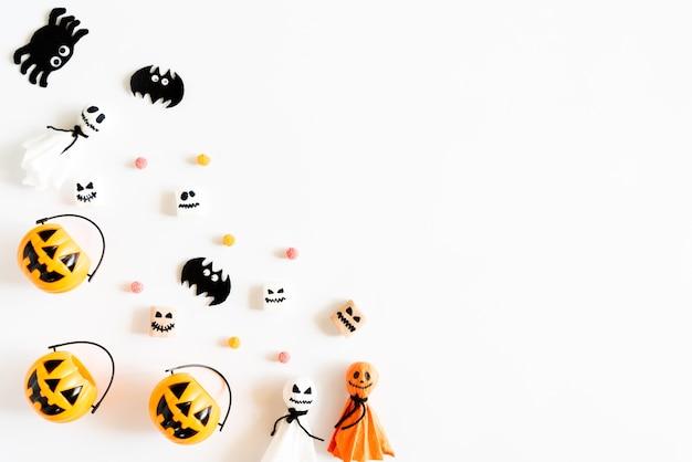 Abóboras amarelas do fantasma com o sem-fim da geleia da mamã da aranha do bastão no fundo branco. Foto Premium