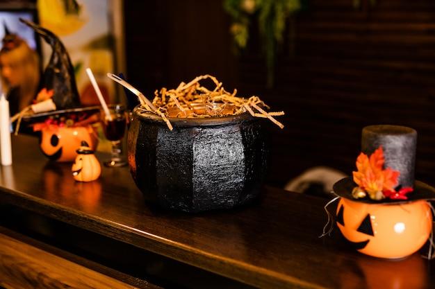 Abóboras de halloween com chapéu de bruxa preto Foto Premium