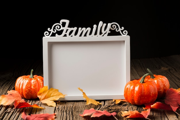 Abóboras de halloween com folhas e quadro de maquete Foto gratuita