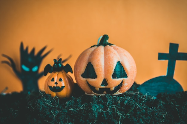 Abóboras de halloween no solo Foto Premium