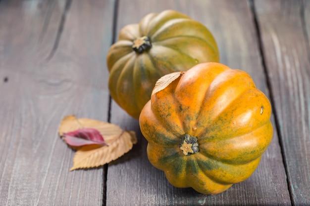 Abóboras de outono na mesa de madeira Foto Premium
