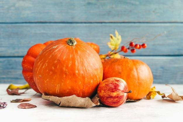 Abóboras e maçã na mesa Foto gratuita