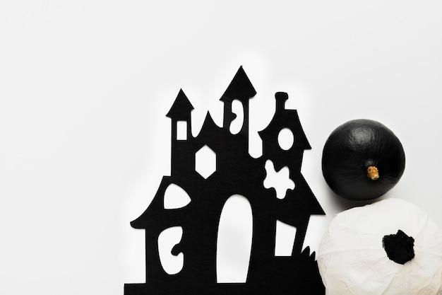 Abóboras leigas planas perto de mansão assustadora Foto gratuita