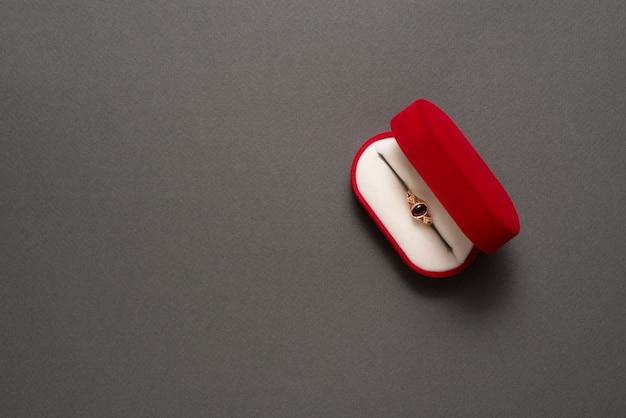 Abra a caixa de joias vermelha com joias em um fundo preto. Foto Premium