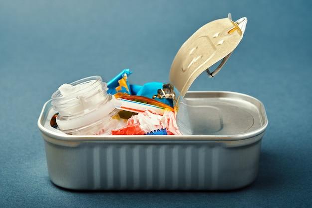 Abra a lata. resíduos de plástico em vez de peixe dentro. conceito de poluição plástica do oceano Foto Premium