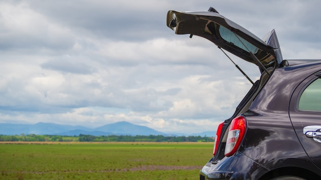 Abra o carro hatchback de porta traseira com prado Foto Premium