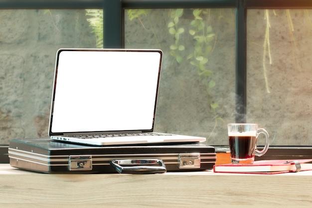 Abra o laptop, saco de documentos, óculos na cafeteria. Foto Premium