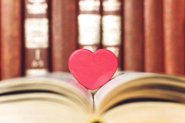 Abra o livro com coração de coral Foto Premium