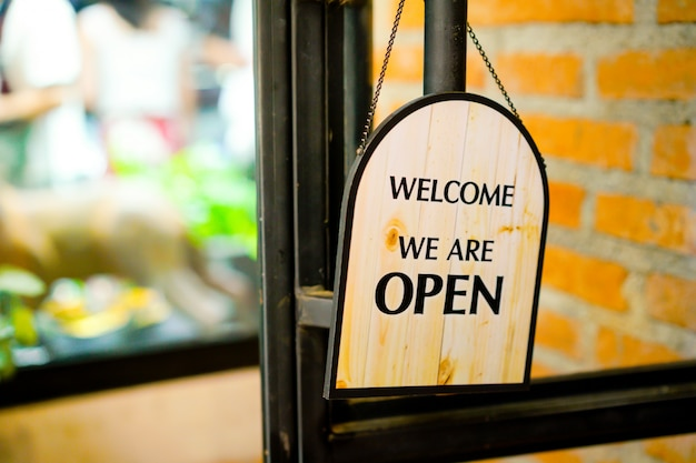 Abra o sinal no restaurante e loja Foto Premium