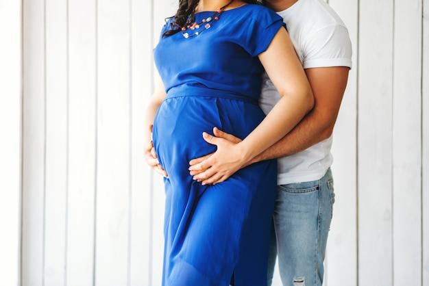 Abraço bonito da mulher gravida com seu marido Foto Premium